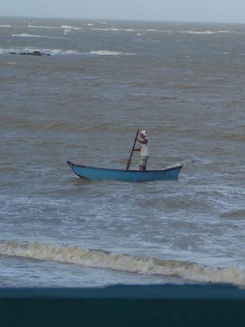 pescador na praia da paixão
