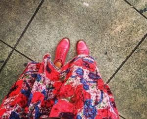 saia com bota vermelha